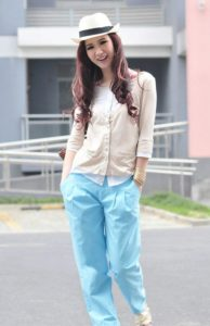 голубые капри и рубашка