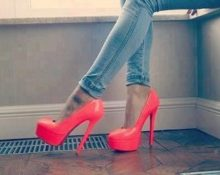 коралловые туфли с джинсами