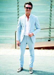 голубые брюки с голубым пиджаком