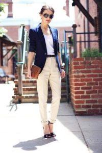 синий пиджак с бежевыми брюками