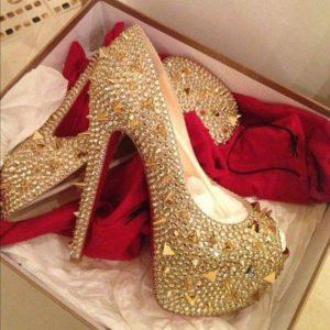 Золотые туфли с декором