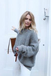 Серый свитер оверсайз связан резинкой