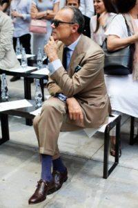 Синие носки под коричневый костюм
