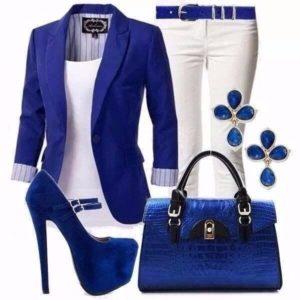 Синий пиджак с белыми брюками