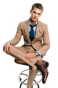 Цвет носков должен отличаться от цвета брюк на 1–2 тона