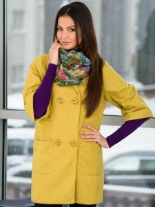 Цветной шарф под жёлтую куртку