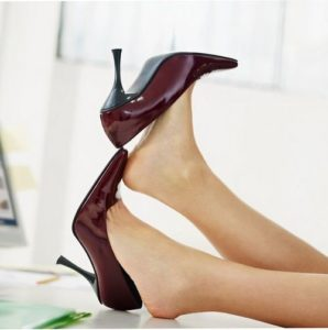 Трут ноги