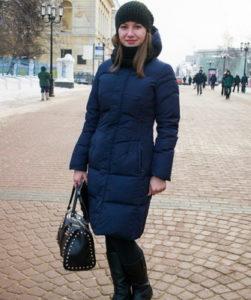 Тёмно-синий пуховик с чёрной сумкой