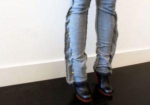 заметываем джинсы по бокам