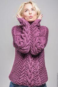 Узор косы на розовом свитере