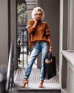 Водолазка коричневая с джинсами