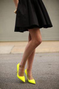 Жёлтые туфли с чёрным платьем