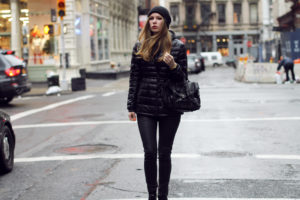 чёрный короткий пуховик и чёрные штаны