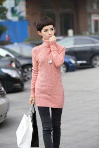 длинный нежно-розовый свитер