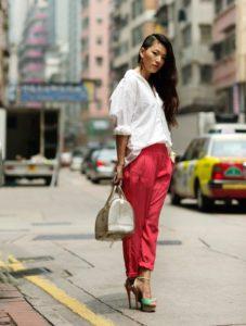 белая блуза коралловые брюки