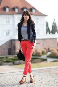 черный пиджак коралловые брюки