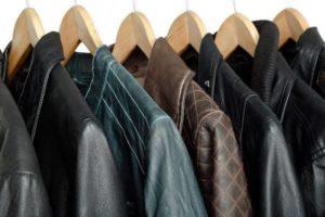 Куртки на вешалке