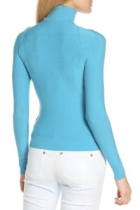Нежно-голубой гольф с белыми брюками