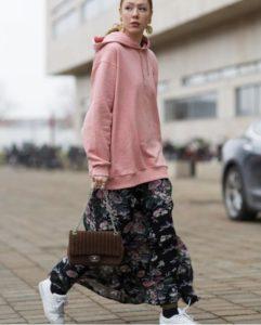 розовое худи оверсайз с камуфляжными брюками