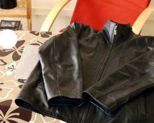 как компактно сложить куртку