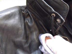 убрать запах с кожаной куртки бумагой