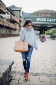 серый свитер с джинсами