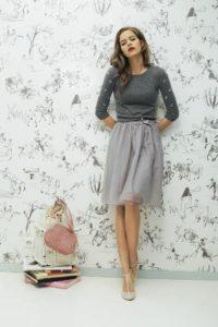 серый свитер с шифоновой юбкой