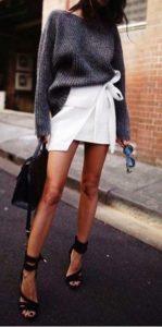 серый свитер с белой юбкой