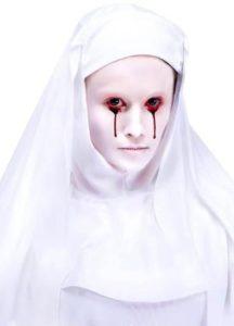 белая монашка с плачущими глазами