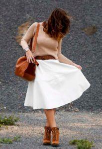 Коричневые ботинки под белое платье