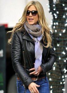 Дженифер Энистон с кожаной куртке с палантином