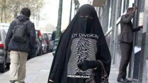 женщина в парандже на улице