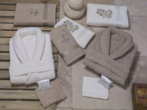 сложенные махровые халаты