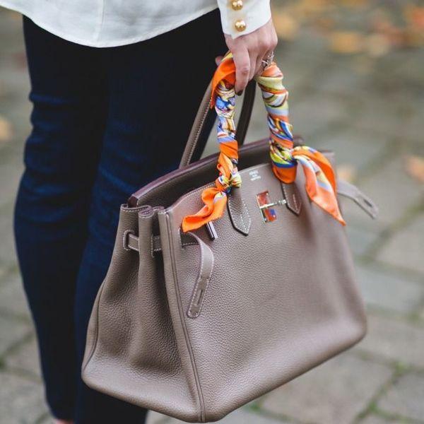 пестрый платок на бежевой сумке