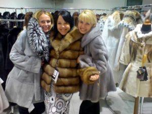 три девушки в шубах