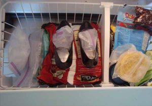 Наливаем воду в пакет и кладем в туфли и в холодильник