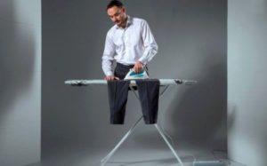мужчина гладить брюки