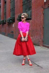розовый свитер и яркий низ