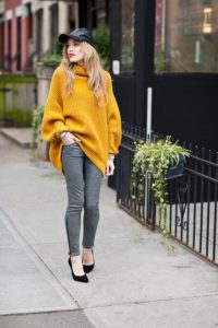 объемный горчичный свитер