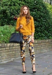 горчичный свитер с пестрыми брюками