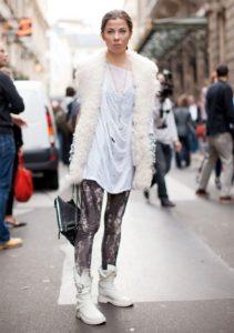 белые ботинки цветные леггинсы