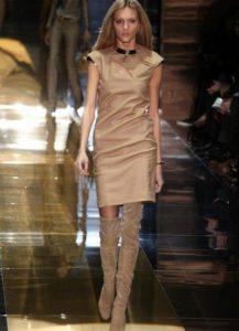 бежевые ботфорты с платьем