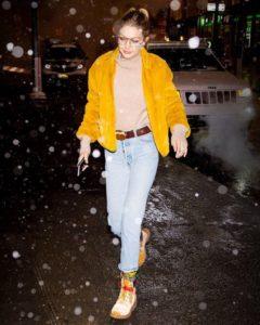 желтая шуба с джинсами