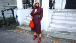 женщина в плаще и красных ботинках