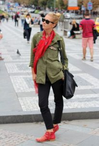 красные ботинки и рубашка хаки