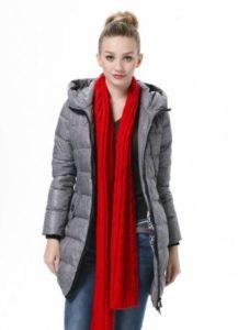 серый пуховик с красным шарфом