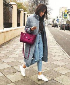 серый пуховик с джинсами и розовой сумкой