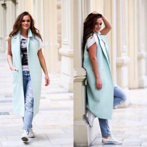голубой удлиненный жилет с джинсами