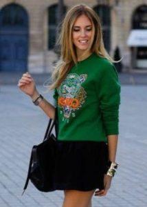 зеленый свитер с принтом