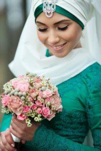 изумрудный свадебный наряд на мусульманской девушке